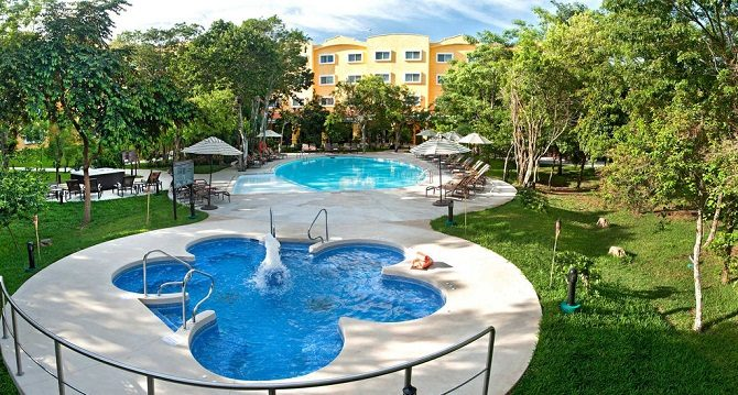 The swimming pool and garden of the Marriott Courtyard Cancun