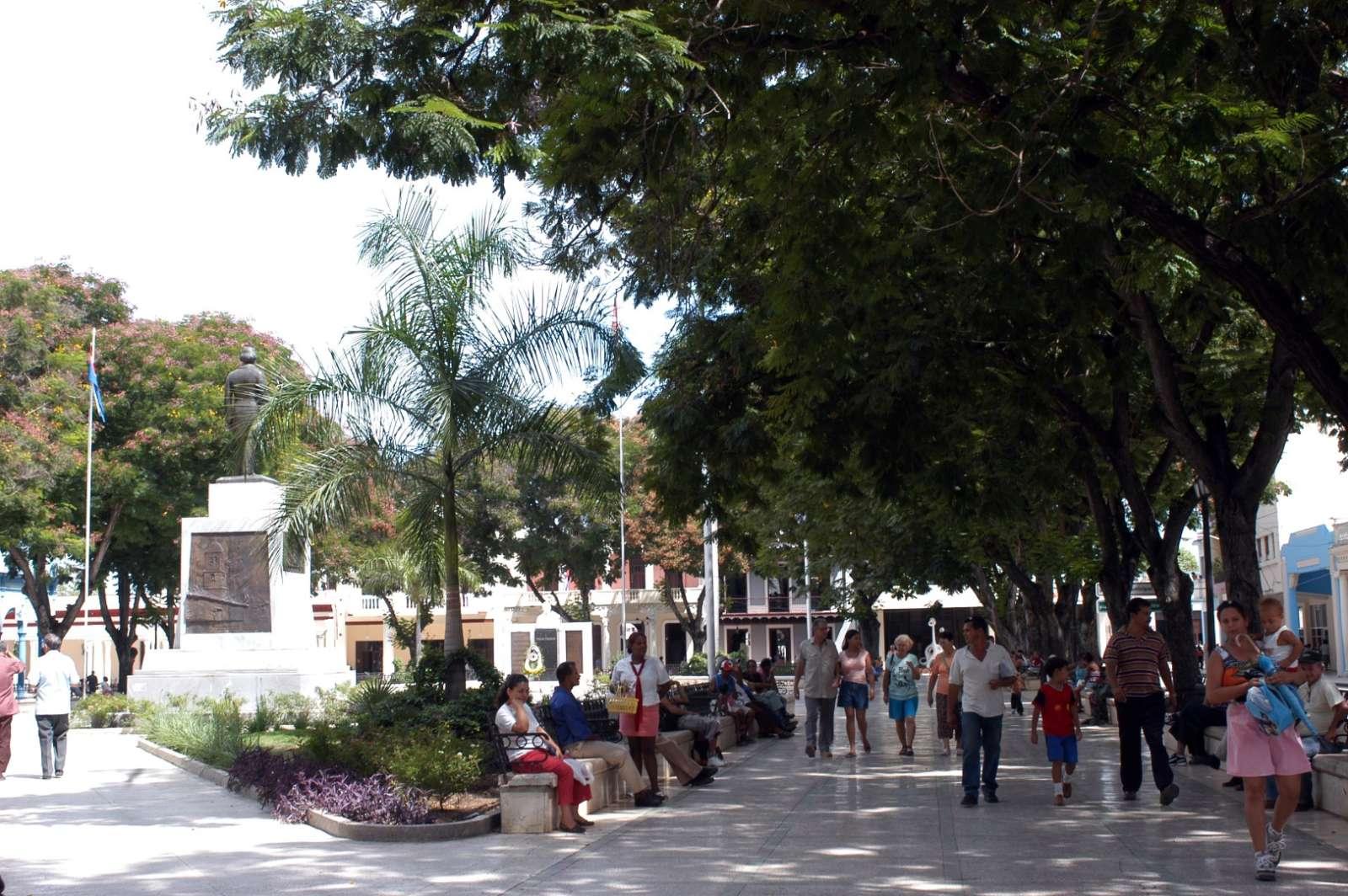 Locals in Bayamo's central Parque