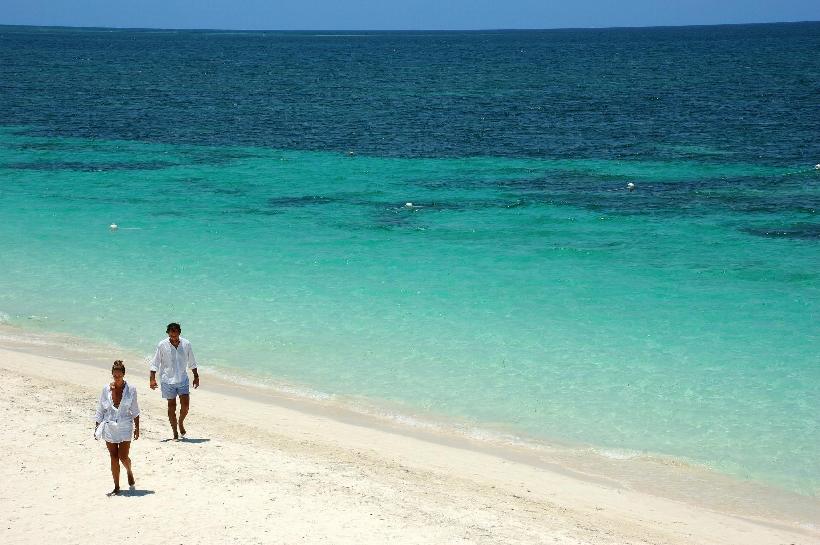 Couple walking on the beach at Cayo Levisa