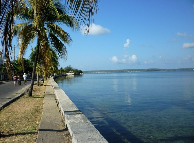 Calle 35 running alongside the Bay of Cienfuegos