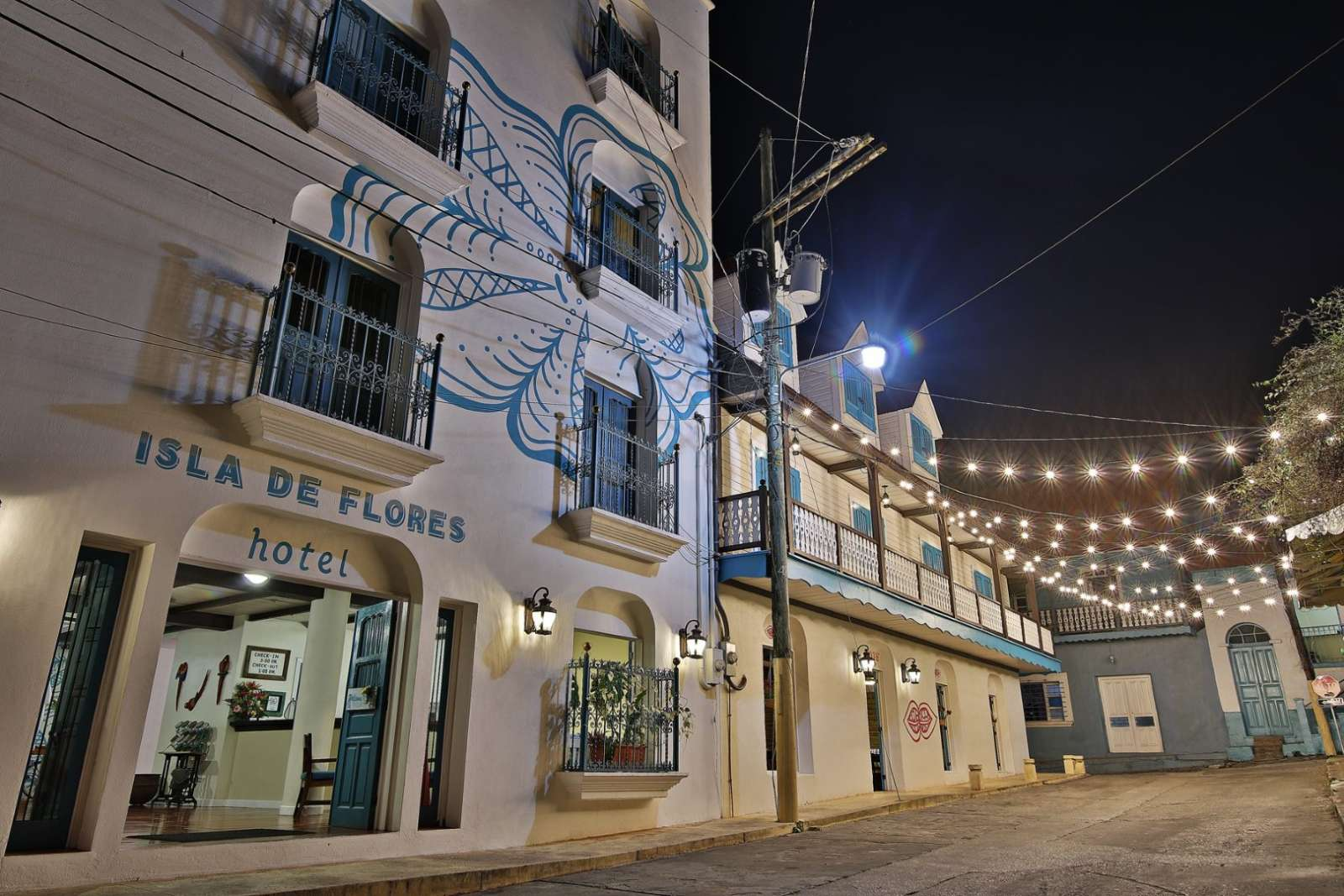 Hotel Isla De Flores at night