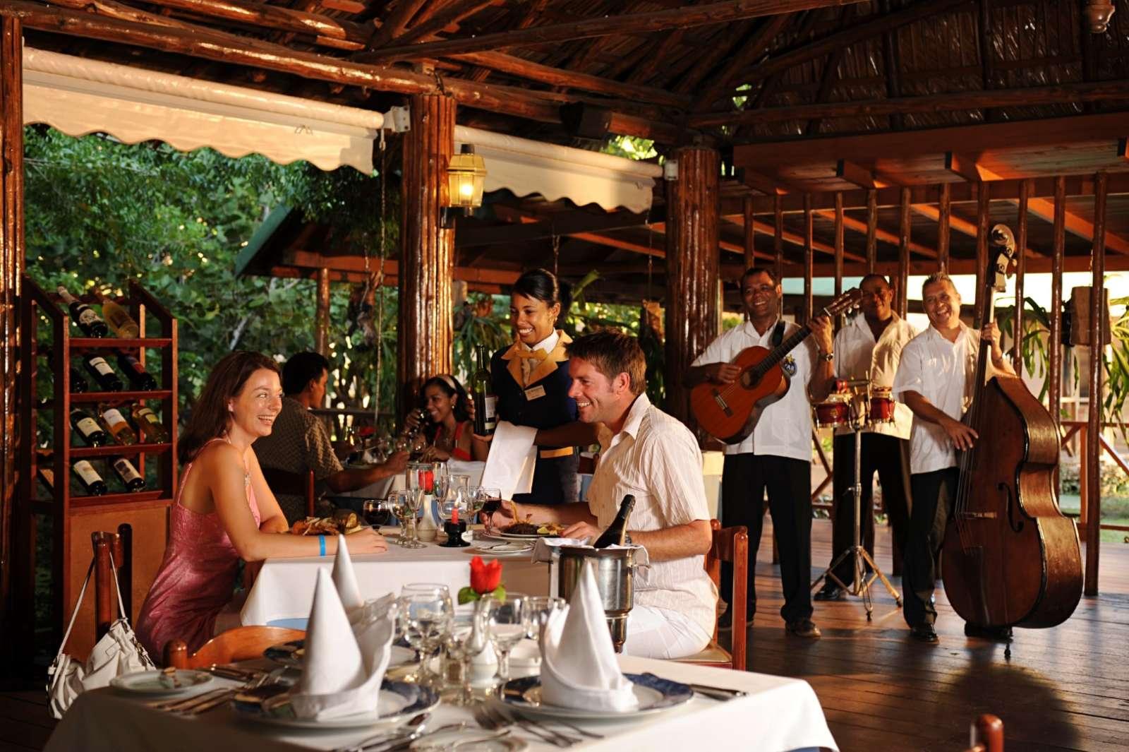 Iberostar Tainos restaurant with live music