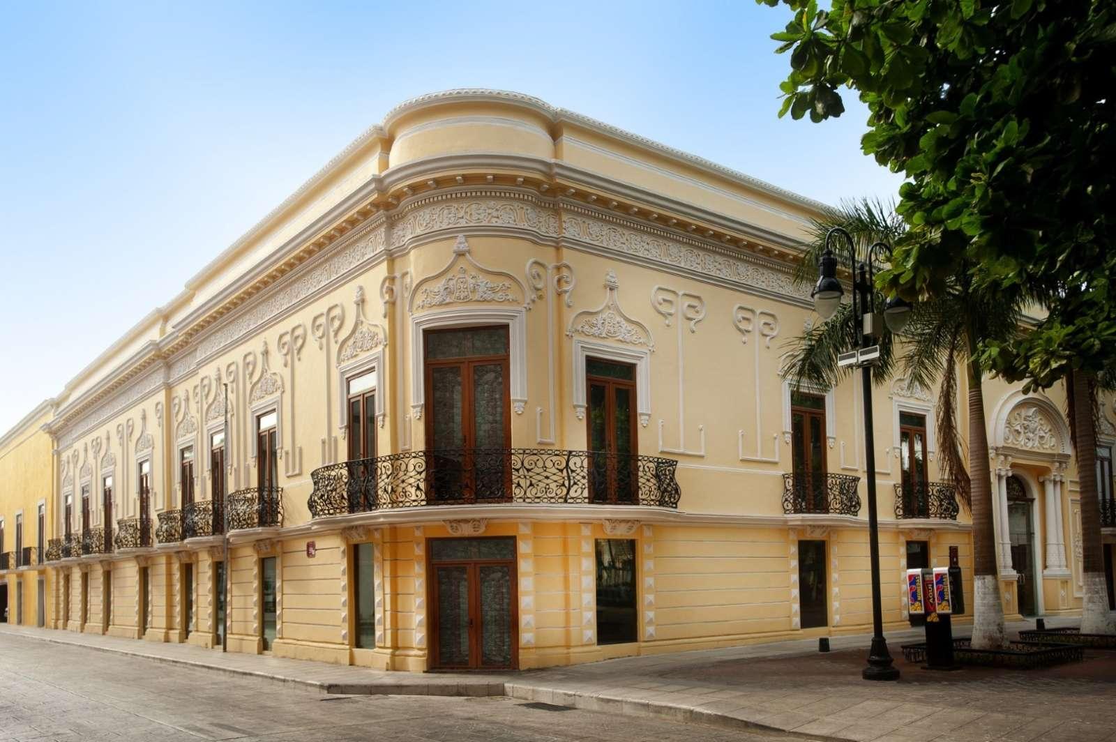 Exterior corner of hotel Mansion Merida