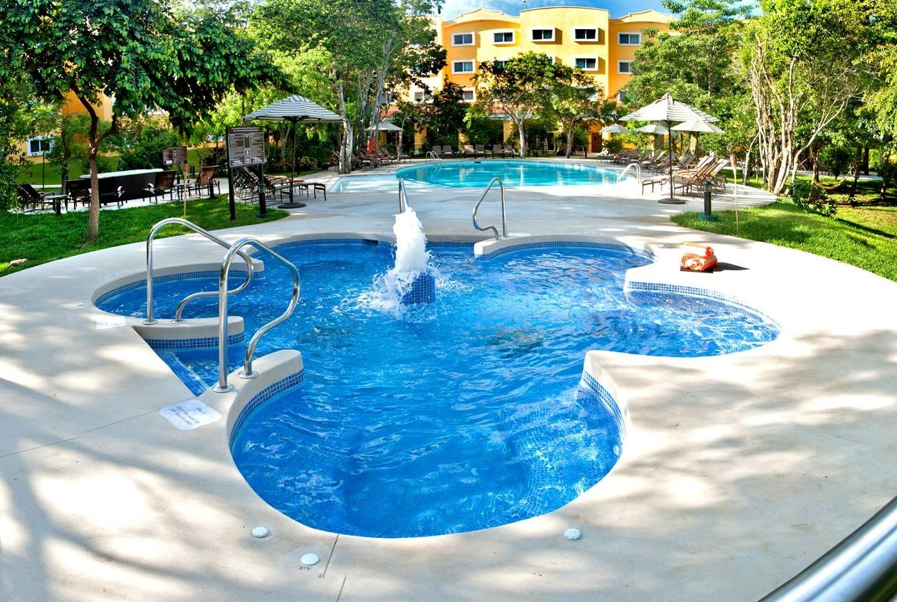 Pool at the Marriott Courtyard Cancun