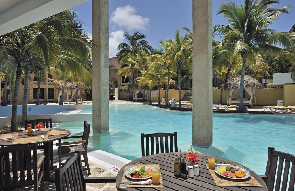 pool dining at Melia Las Americas