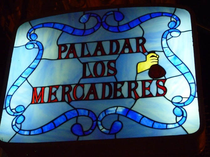 The outside sign for Paladar los Mercaderes
