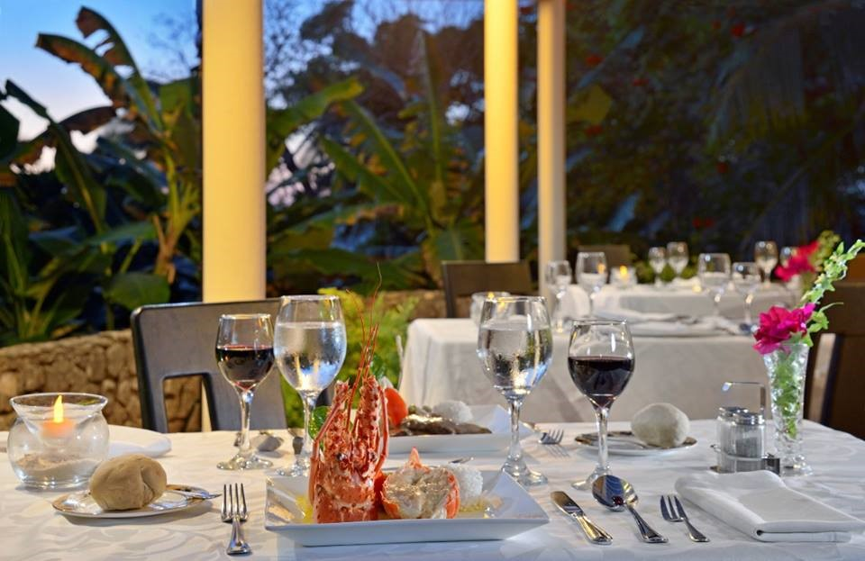 Elegant restaurant setting at Sol Rio De Luna Y Mares