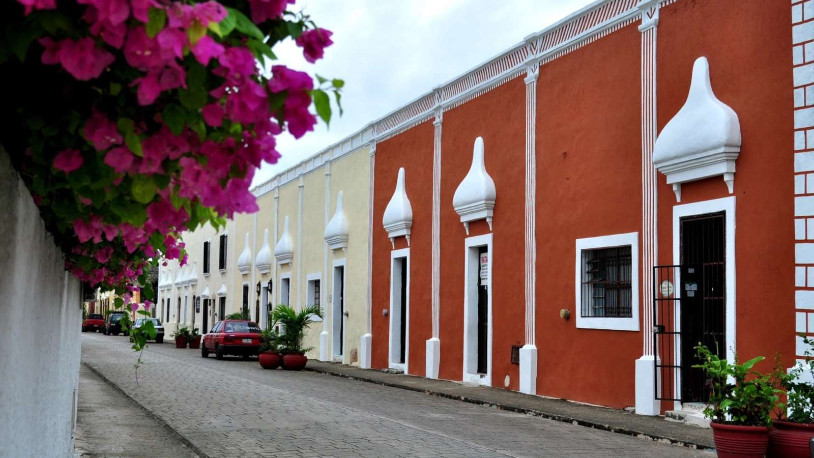 Quiet street in Valladolid Mexico