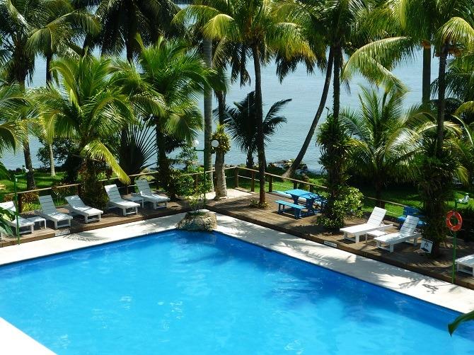 The swimming pool at Villa Caribe in Livingston