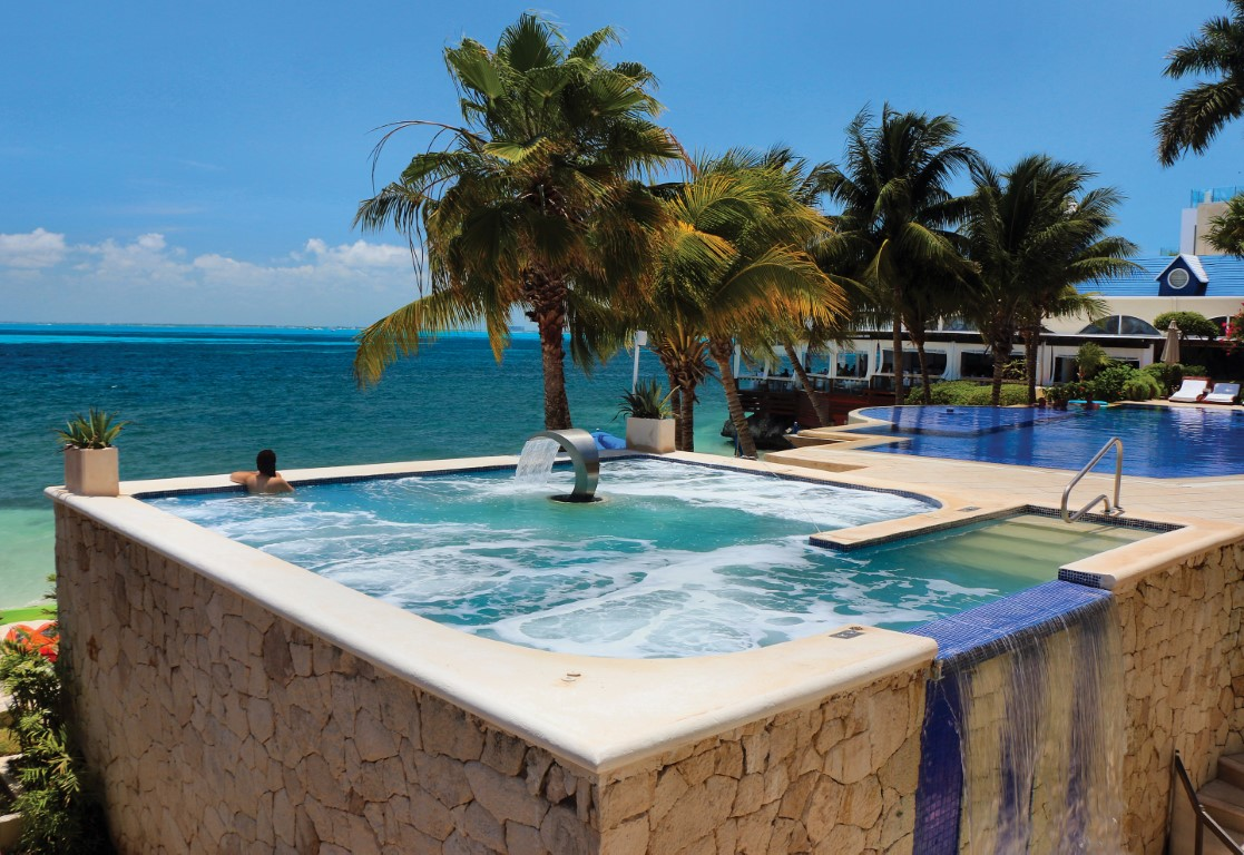 Jacuzzi with seaview at Zoetry Villa Rolandi