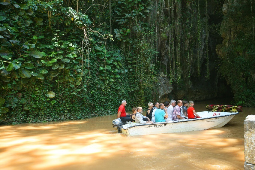 A boat exiting the Cueva del Indio